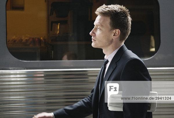 Mann  der auf dem Bahnsteig läuft