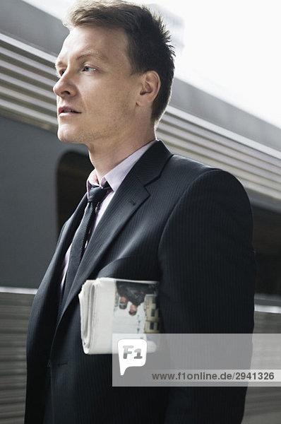 Mann mit einer Zeitung