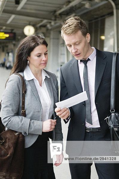 Zwei Personen prüfen das Ticket