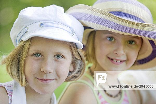 Portrait von zwei Mädchen tragen Hüte
