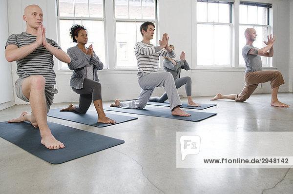 Schüler und Lehrer in einer Yogaklasse  Vancouver  British Columbia
