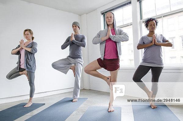 Studenten in Yoga-Klasse  Vancouver  British Columbia