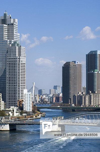 Sumida River und Brücke der Harumi Dori Ave.  Tokio.