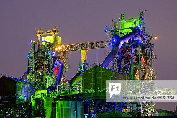 Industriedenkmal Thyssen Hochofen Eisenhütte Meiderich  Landschaftspark Duisburg-Nord  Neon Lichtinstallation  HDR Foto  Nordrhein-Westfalen  Deutschland  Europa