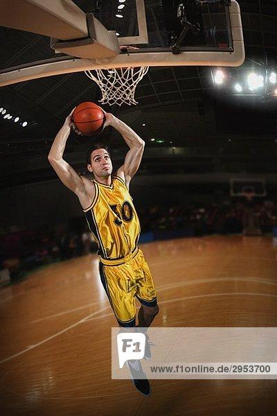 Junger Mann Vorbereiten der Basketball werfen