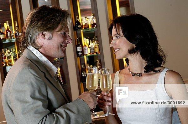 Paar trinkt Sekt in einer Bar