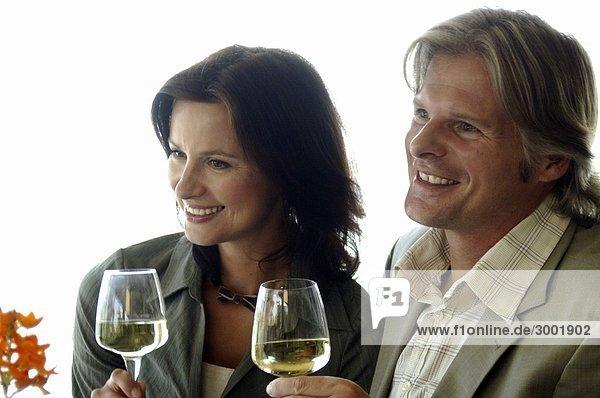 Paar trinkt Wein