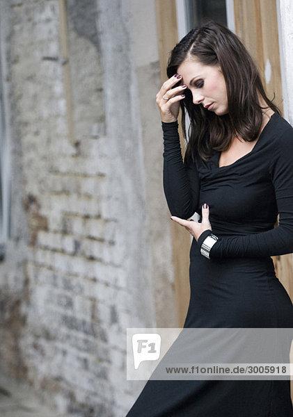 Traurige Frau in schwarzem Kleid