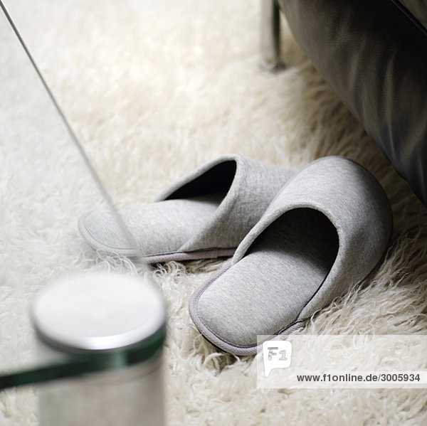 Filzpantoffel auf Flokati-Teppich