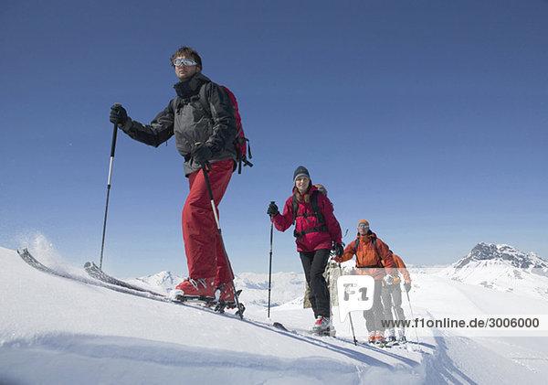 Gruppe von Skitourengehern bei Aufstieg