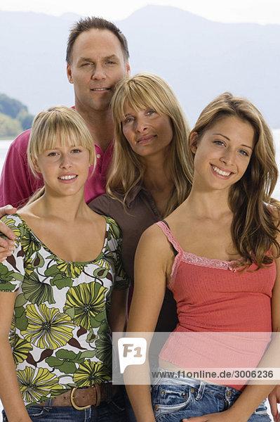 Paar mit zwei jungendlichen Mädchen  Gmund  Bayern  Deutschland