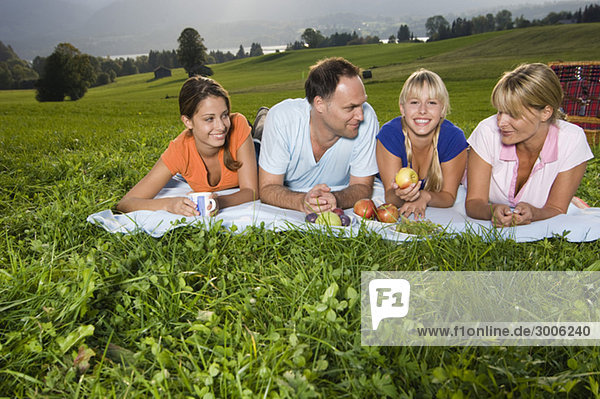 Familie beim Picknick  Gmund  Bayern  Deutschland