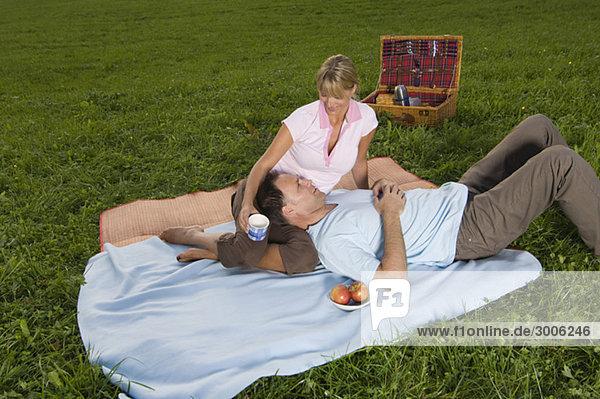 Paar beim Picknick auf einer Wiese  Gmund  Bayern  Deutschland
