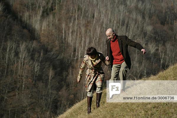 Paar auf Berghang
