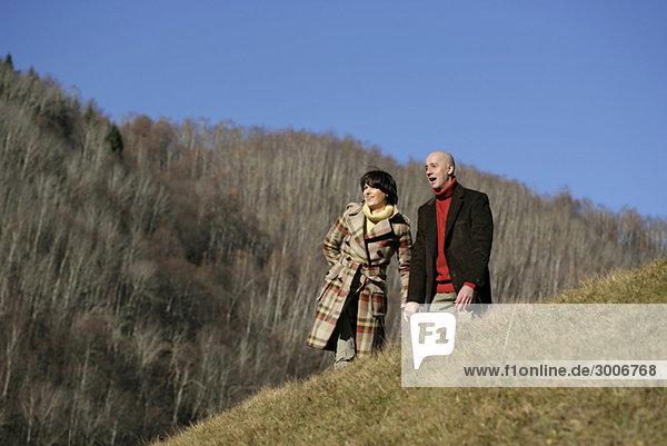 Älteres Paar macht einen Spaziergang
