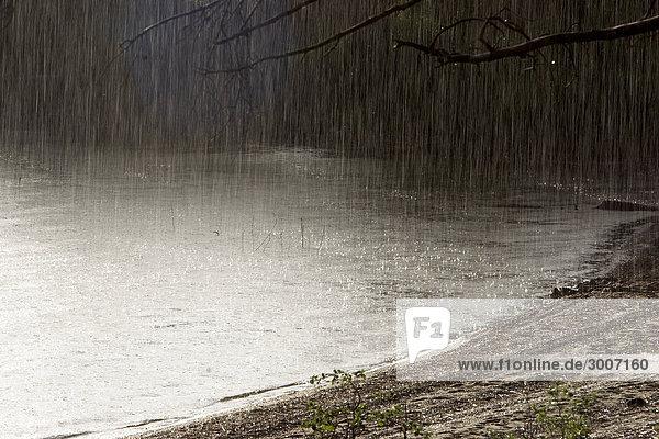 Szenische Ansicht der Regen auf sandigen Strand