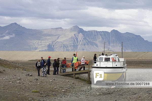 Island - Touristen Boarden auf einem Boot Island - Touristen Boarden auf einem Boot