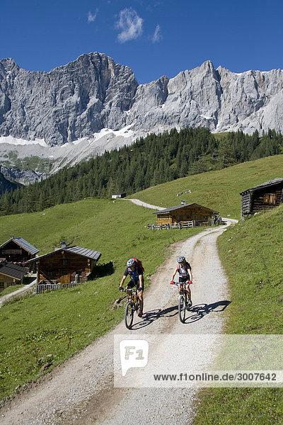 Mountainbike mountain bike Landschaftlich schön landschaftlich reizvoll Frau Berg Mann Sport Sommer Landschaft Gebäude radfahren Fahrradfahrer Fahrrad Rad Tagesausflug Natur Alpen Alpinsport Ramsau bei Berchtesgaden Österreich Weiler Weg
