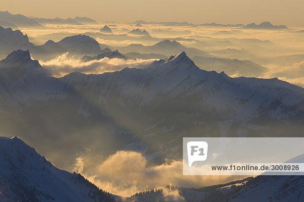 Landschaftlich schön landschaftlich reizvoll Berg Winter Sonnenuntergang Landschaft Alpen Ansicht Abenddämmerung Schnee Schweiz Dämmerung Nebelmeer