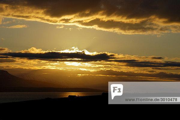 Sonnenuntergang an der Küste eines Fjords  Island
