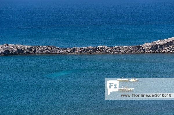 Verankerte Motorboote an der Küste von Kos  Griechenland