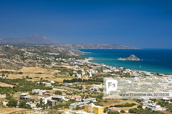 Blick über die Außenbezirke von Kefalos mit der Insel Kastri im Hintergrund  Kos  Griechenland  erhöhte Ansicht