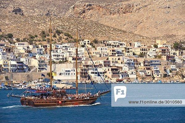 Mit Touristen besetztes Segelschiff vor der Küste von Kalymnos  Griechenland