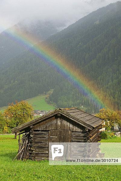 Regenbogen über einem Heustadl  Stubaital  Tirol  Österreich