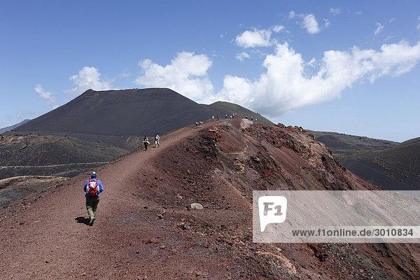 Vulkane TeneguÌa  vorne  und San Antonio  hinten  La Palma  Kanaren  Kanarische Inseln  Spanien  Europa