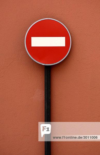 Verkehrsschild Durchfahrt verboten vor roter Hauswand