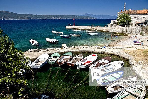 Boote in der Bucht der Stadt Silo  Insel Krk  Kroatien