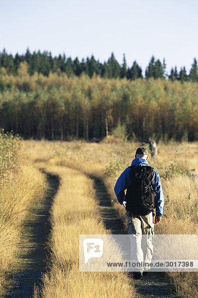 Wandern im Smaland Schweden Mann.