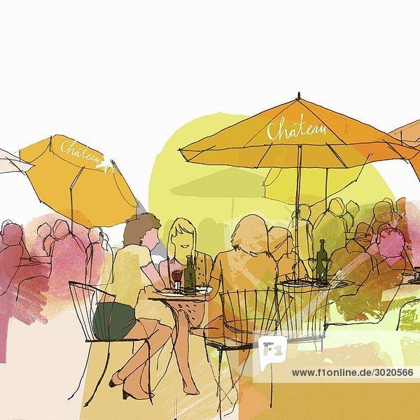 Freundinnen in einem Straßencafé