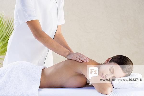 Junge Frau mit Massage