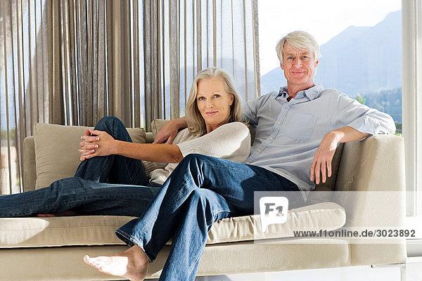 Mittelalterliches Paar auf der Couch liegend