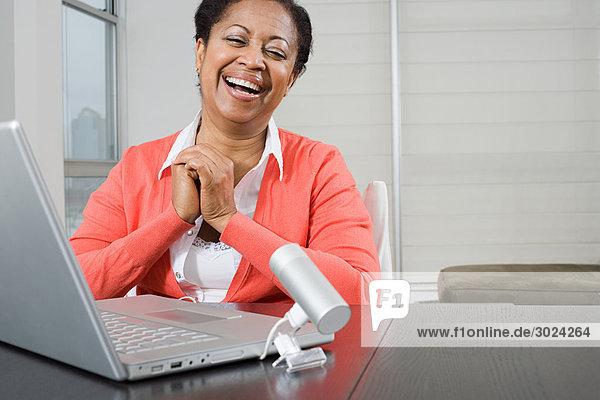 Reife Frau mit Webcam