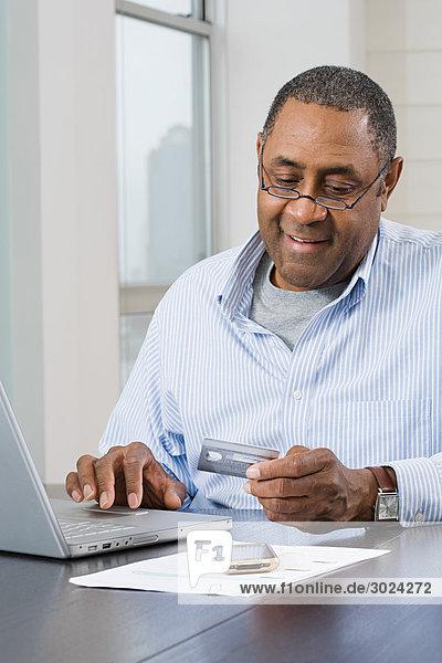 Mann  der zu Hause Finanzen macht
