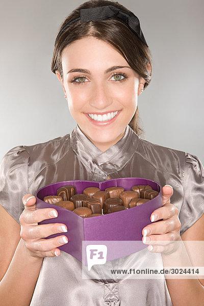 Frau mit einer Schachtel Pralinen