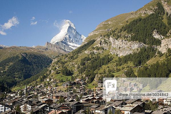 Schweizer Stadt bei matterhorn
