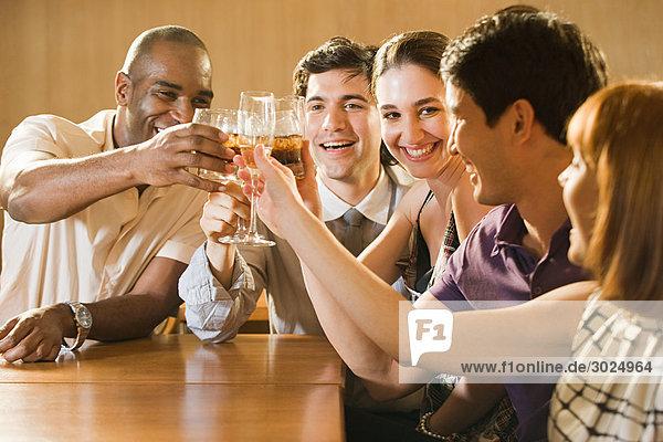 Freunde feiern in einer Bar