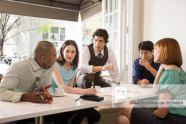 Treffen der Kollegen in einem Cafe