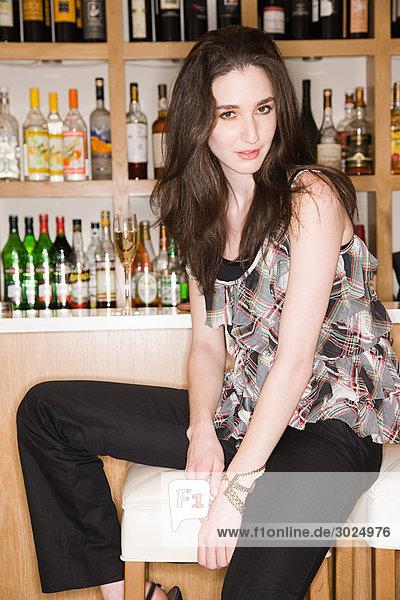 Junge Frau in einer Weinstube sitzend