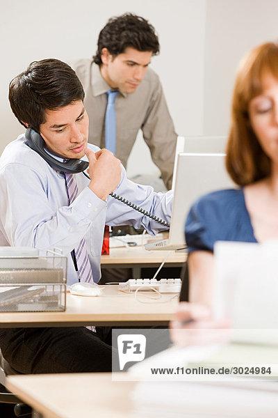 Drei junge Büroangestellte