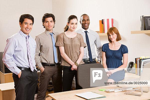 Porträt von fünf Bürokollegen