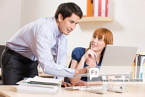 Zwei Bürokollegen