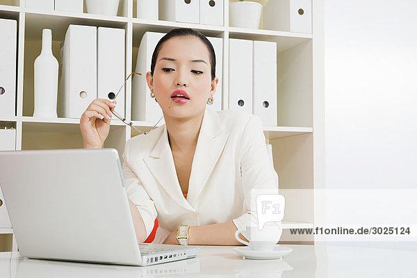 Junge Frau im weißen Büro
