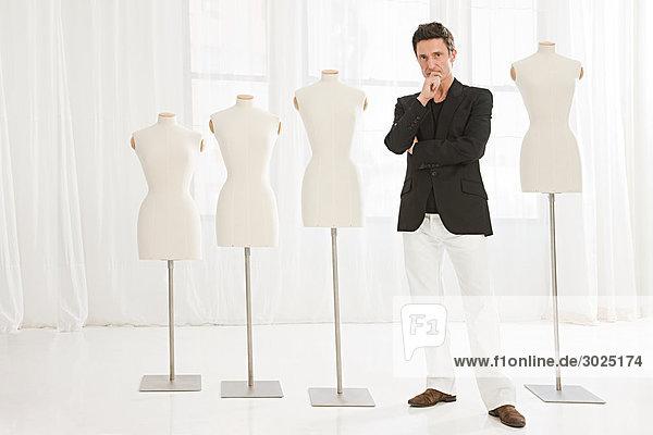 Modedesigner und Schneiderpuppen