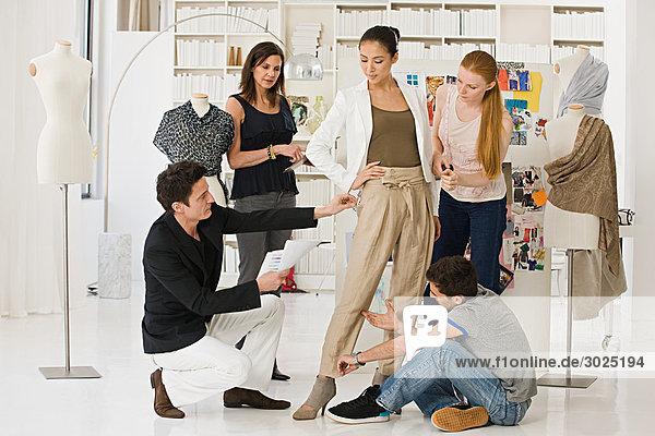 Modedesigner bei der Arbeit