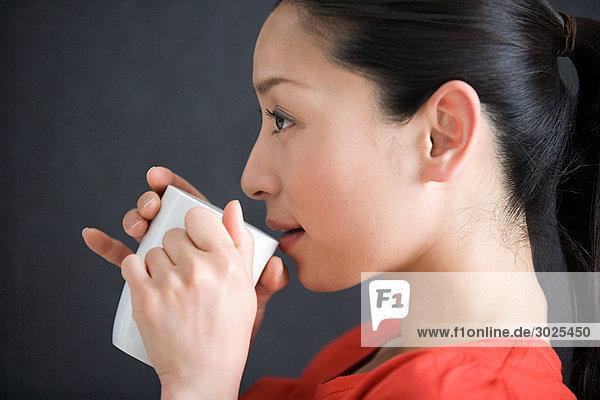 Japanerin trinkt Tee