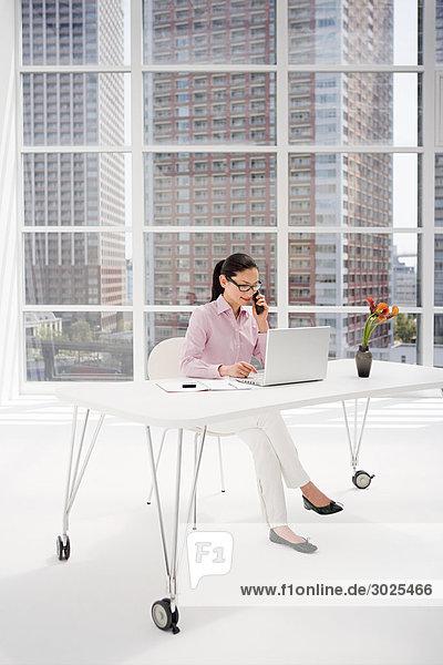 Japanische Geschäftsfrau am Schreibtisch